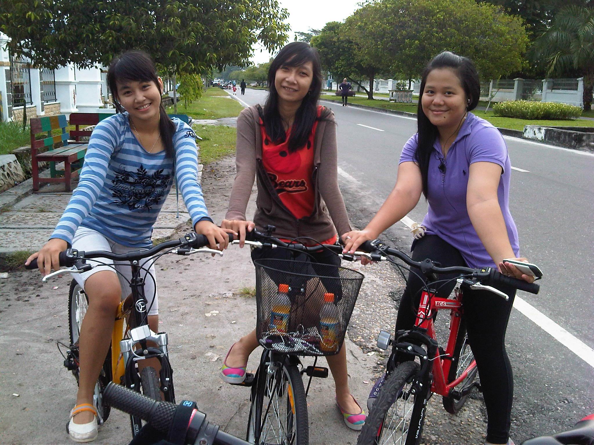 Koleksi Gambar Wanita Naik Sepeda Motor Terlengkap Dinding Motor